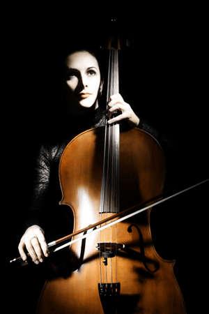 Cello Cellist Darsteller klassischer Musiker. Frau mit Musikinstrument auf schwarzem Hintergrund