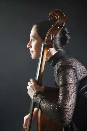 Cello klassischer Musiker Cellist Profil. Schöne Frau mit Musikinstrument Standard-Bild