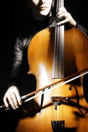 cello: Cello violoncellista musicista classica. Donna con strumento musicale close-up Archivio Fotografico