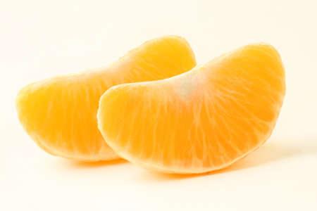 Mandarijn slice gepelde mandarijn gesneden Twee oranje segment Stockfoto