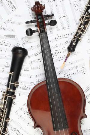 楽器: 古典的な楽器のノート。ヴァイオリン オーボエ クラリネット交響楽団の音楽器械。