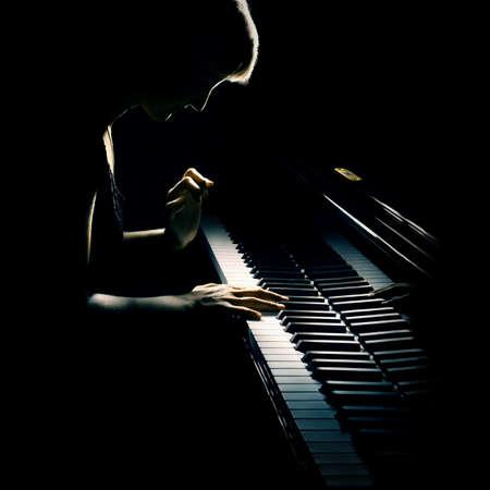 Música de piano pianista clásico jugando con un piano de cola