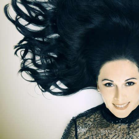 elegante: Portrait femme souriante Mode femme avec de beaux cheveux noirs