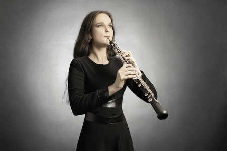 Klassische Musiker Oboe zu spielen. Oboist mit Musikinstrument