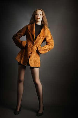 elegante: Mode femme en rouge foxy veste de feu. Modèle dans des vêtements d'automne.
