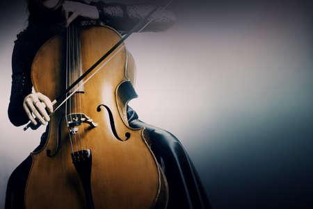 musica clasica: Violonchelista violonchelo tocando instrumentos musicales de orquesta.