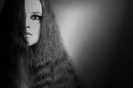 elegante: Portrait de femme en noir et blanc. Plan rapproché de beau visage