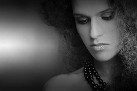 elegante: Portrait de femme. Sad gros plan beau visage en noir et blanc Banque d'images