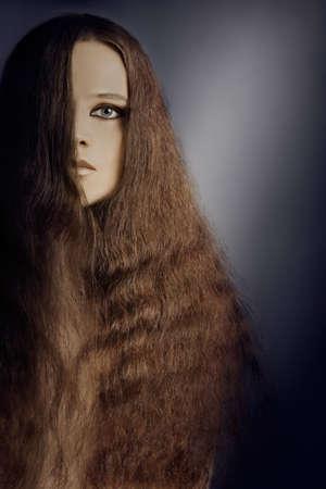 Coiffure femme aux cheveux longs. Beau modèle de la moitié du visage Banque d'images