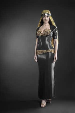 elegante: Mannequin en robe élégante. Femme en costume danseuse orientale Banque d'images