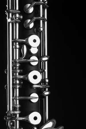 instruments de musique: Hautbois - instruments de musique de l'orchestre symphonique Hautbois agrandi d�tail m�canisme sur fond noir Banque d'images