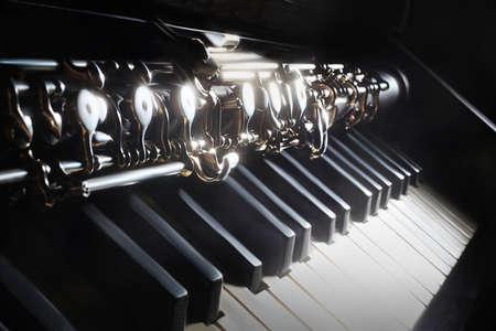 piano de cola: Los instrumentos musicales de piano y oboe instrumentos de m�sica cl�sica en negro Foto de archivo