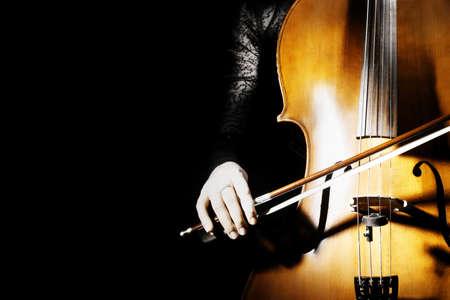 classical music: Cello klassieke muziek cellist speelt Orchestra muziekinstrumenten op zwart Stockfoto