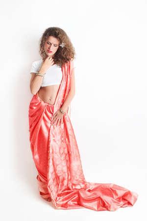 elegante: Femme dans la robe de la mode indienne. Femme dans des vêtements nationaux asiatiques sur fond blanc Banque d'images