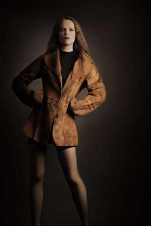 elegante: Modèle de mode femme dans des vêtements veste de renard.