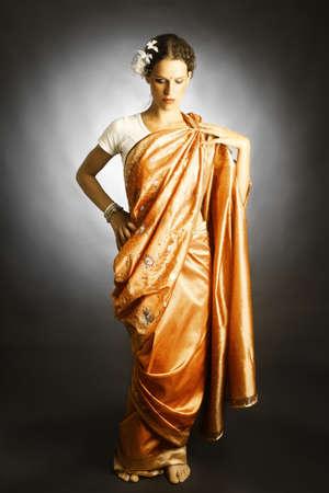 elegante: Femme dans la robe de la mode indienne