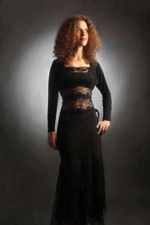 elegante: Femme élégante en robe de soirée noire Banque d'images