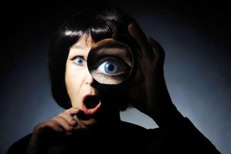 Frau mit Lupe Lustige überrascht Dame sucht durch Lupe Lupe mit offenem Mund