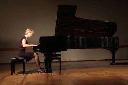 piano de cola: Piano magn�fico pianista tocando conciertos