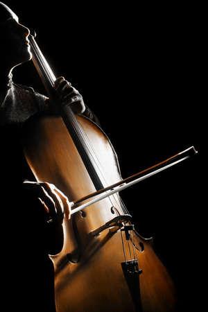 orquesta: Cello chelista tocando instrumentos de orquesta de música clásica