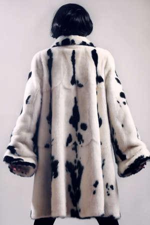 elegante: Mode de vêtements manteau de fourrure d'hiver Femme en vison blanc tacheté manteau de fourrure