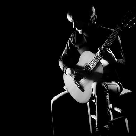 guitarra acustica: Guitarrista guitarrista acústica Guitarra clásica tocando instrumentos musicales concierto en la oscuridad