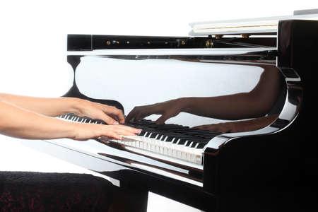 piano de cola: Manos del piano pianista tocando instrumentos musicales detalla con reproductor de primer plano la mano Foto de archivo