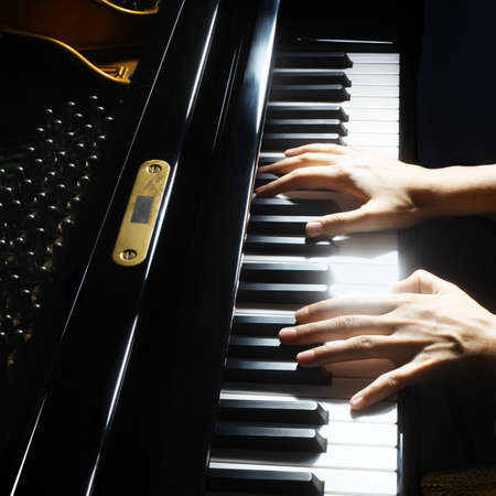 grand piano: Manos del piano pianista tocando instrumentos musicales detalla con reproductor de primer plano la mano Foto de archivo