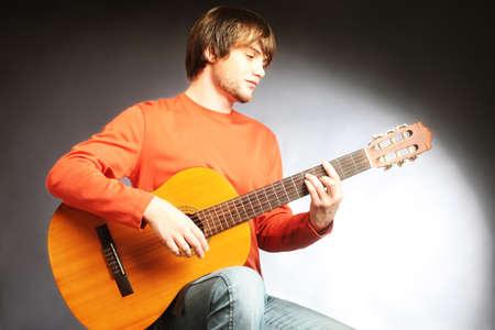 musica clasica: Guitarrista guitarrista ac�stico tocar instrumentos de m�sica cl�sica