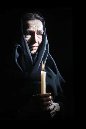 sad old woman: Mujer mayor Mujer mayor triste en dolor con velas deprimido retrato