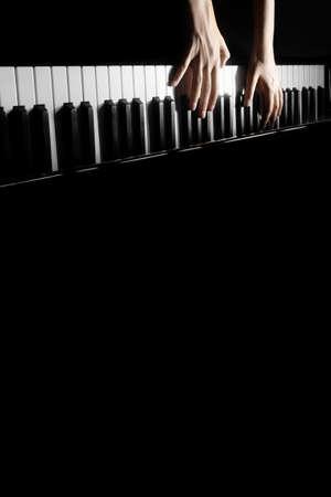 pianista: Concierto de piano a tocar instrumentos musicales detalla con manos de pianista