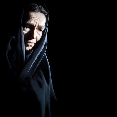 cara triste: Mujer mayor Mujer mayor triste con dolor depresivo retrato con la cara arrugada