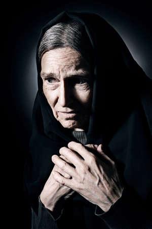 sad old woman: Mujer mayor Mujer mayor triste con dolor deprimido joven con la cara arrugada