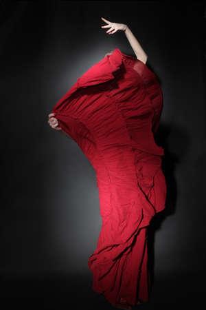 bailando flamenco: Bailarín del flamenco en rojo bailando vestido Mujer en traje de vuelo de largo