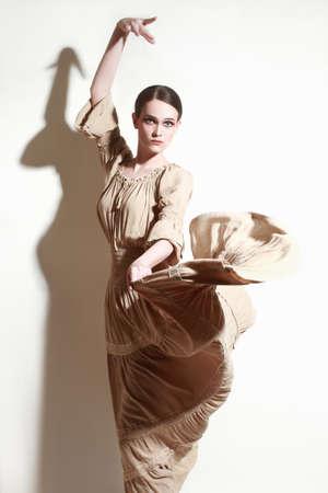 bailando flamenco: Baile de la mujer del bailar�n del flamenco Mujer en traje de vuelo de largo Foto de archivo