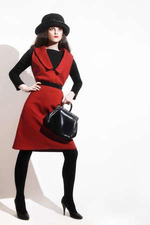 elegante: Femme élégante noir rouge mannequin vestimentaire en chapeau avec sac à main