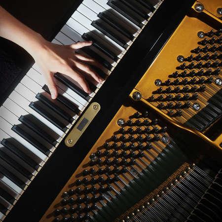 fortepian: Fortepian zbliżenie pianista ręce gry