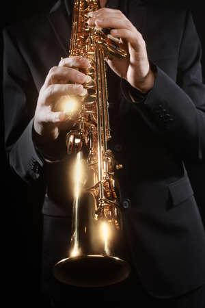 soprano saxophone: Instrumentos musicales Saxof�n Saxofonista con detalles de saxo soprano Primer Foto de archivo
