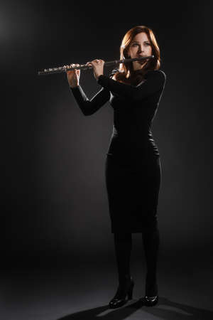 flauta: Intérprete de música de flauta mujer flautista tocando instrumento Foto de archivo