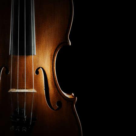 orquesta clasica: Instrumentos musicales de la orquesta Viol�n de cerca en negro Foto de archivo