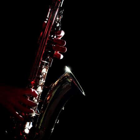 Saxofoon geïsoleerd op zwarte close-up Saxofonist met altsax muziekinstrumenten