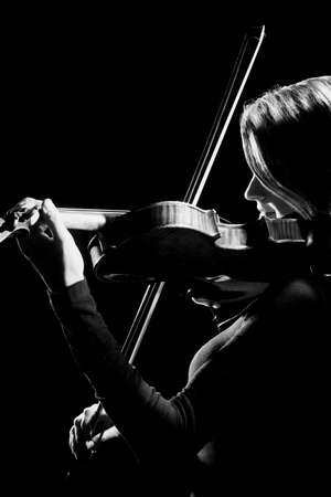 violinista: Jugador del viol�n violinista Orquesta instrumentos musicales. Reproducci�n de m�sica cl�sica. Foto de archivo