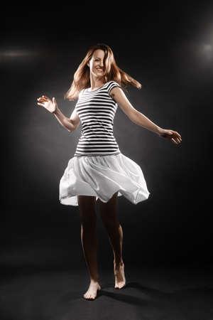 falda corta: Mujer del marinero muchacha sonriente en rayas mujer marinero estilo chaleco de la falda corta el pelo del vuelo
