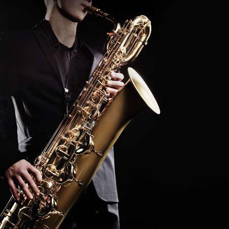 saxofón: El saxofonista barítono saxofón con los instrumentos de música de saxofón del jazz