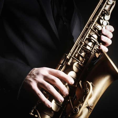 saxofón: Saxofón manos primeros planos con saxo alto de cerca los instrumentos musicales Foto de archivo