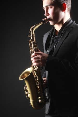 saxofón: Jugador Saxofonista Saxofón con saxo alto hombre tocando música jazz Foto de archivo