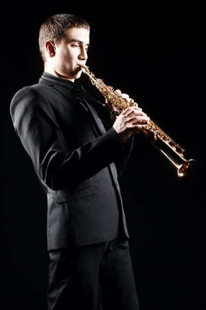 soprano saxophone: Jugador Saxofonista Saxof�n con el hombre saxo soprano tocando m�sica jazz Foto de archivo