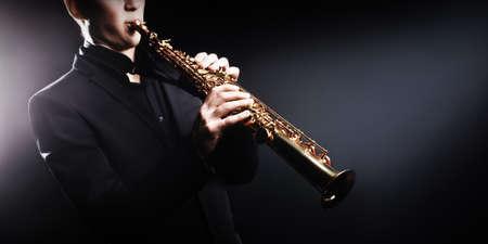 soprano saxophone: Saxofonista Saxof�n con instrumentos musicales soprano sax jazz Foto de archivo