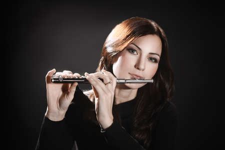 flauta: Flauta piccolo flautista tocando instrumento m�sica de flauta