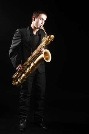 saxofón: Reproductor saxofonista Saxofón barítono saxo con el hombre tocando música jazz Foto de archivo